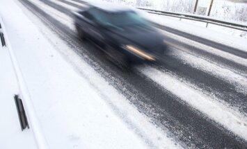 Apledojums un sniegs trešdien vietām Latvijā apgrūtina braukšanu