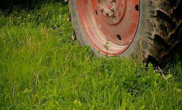 Remontējot traktoru, vīrietis Vidzemē gūst smagas traumas
