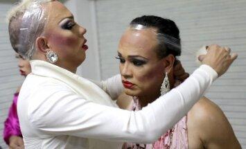 Atklāti foto: Kas notiek transvestītu skaistumkonkursa aizkulisēs