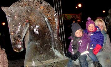 Foto: Jelgavā aplūkojama īsta ledus 'Brīnumzeme'