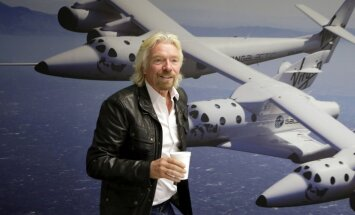 Video: 'Virgin Galactic' nonāk soli tuvāk tūristu nogādāšanai kosmosā