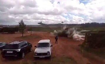 Video: 'Zapad 2017' laikā helikopters nejauši iešāvis raķeti skatītājos, divi ievainoti