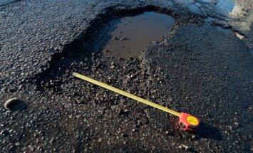 Pamanīji pirmo pavasara vēstnesi – līdz ar sniegu nokusušo asfaltbetonu? Ziņo 'Delfi Aculieciniekam!'