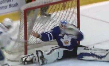 Video: Hokeja vārtsargs ar kailu roku neticami atvaira ripu