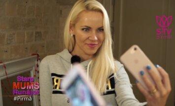 Video: Smukā blondīne Katrīne māca uzņemt ideālo selfiju