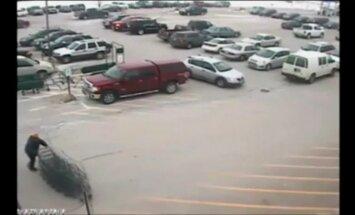 Video: ASV pensionārs sadauza desmit automašīnas