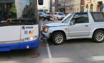 ФОТО: На улице Бривибас столкнулись два внедорожника и троллейбус; движение осложнено