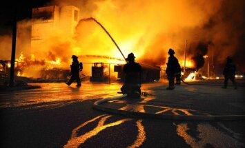 Policija Baltimorā pielieto piparu gāzi agresīvā pūļa izklīdināšanai
