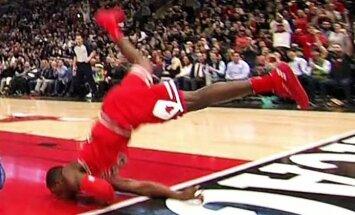 Video: Basketbolists NBA spēlē pēc bumbas trieciena grozā piezemējas uz sejas