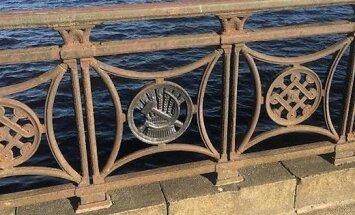 Серп и молот. Читателя возмутила советская символика на металлическом ограждении вдоль Даугавы