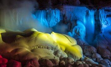 Neparasti foto: izgaismots aizsalušais Niagāras ūdenskritums