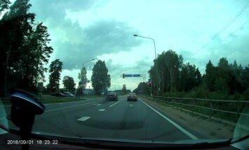Video: BMW agresīvi apdzen un aiztraucas pie sarkanās gaismas
