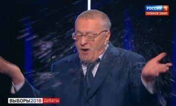Putina pārvēlēšanas šovs: Kandidātu debatēs Sobčaka aplej Žirinovski ar ūdeni
