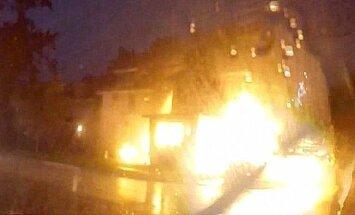 Video: ASV uzsprāgst māja pēc tam, kad tajā ieskrien auto