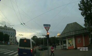 Video: Kā autovadītāji Rīgā bezkaislīgi šķērso ielas pie sarkanās gaismas