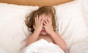 Pieci veidi, kā bērnu nolikt gulēt diendusu