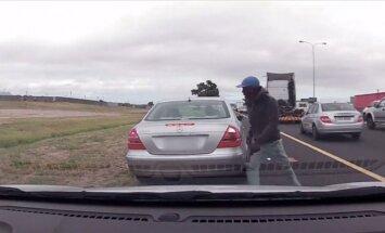 Video: Drosmīgs policists Keiptaunā turpina strādāt pēc šāviena mugurā
