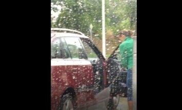 Video: Lasītājs iemūžina cītīgo automašīnas salona mazgāšanu