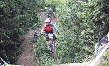 Kalnu riteņbraucēja Zibasa triumfē Pasaules kausa junioru sacensībās nobraucienā Šveicē