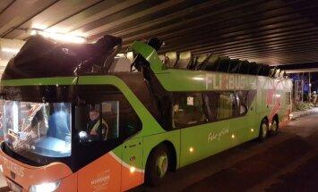 Foto: Berlīnē neapdomīgs šoferis norauj autobusam jumtu