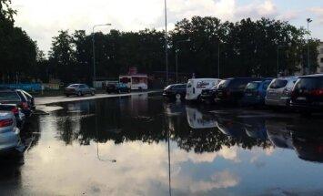 Video un foto: Jūrmalā spēcīgā lietus dēļ applūst ielas