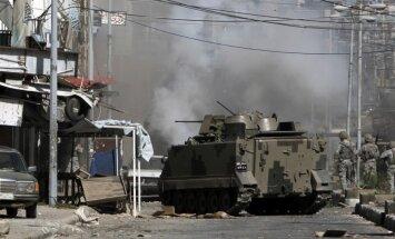 Libānas armija ar bruņumašīnām un tankiem Tripoles centrā cīnās ar kaujiniekiem