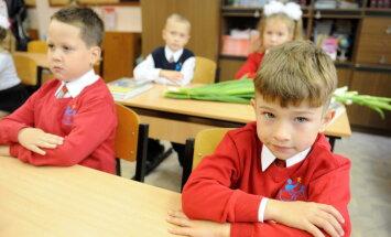 Skolas sākšana septiņos gados: aicina nodrošināt tiešraidi Saeimas komisijas sēdei