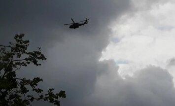 Video: Aculieciniekus izbrīna 'Black Hawk' lidojums virs Rīgas