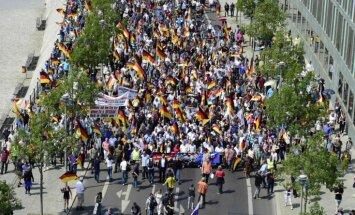 Foto: Berlīnes ielās norit vērienīga eiroskeptiķu partijas un viņu pretinieku demonstrācija