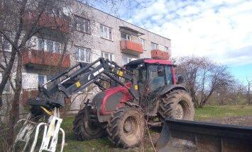 Rūkoņa un izplūdes no četriem rītā – naujenieši sūdzas par zem logiem atstātu traktoru