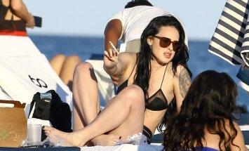 Vilisa meita pieķerta pludmalē ar smēķi zobos