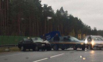 Pie Baltezera saskrienas trīs automašīnas
