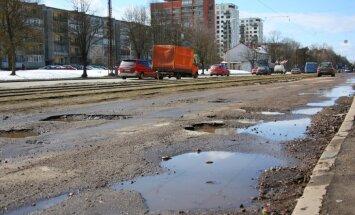 Ziņo 'Delfi Aculieciniekam' par pavasara postažu uz Latvijas ielām un ceļiem!