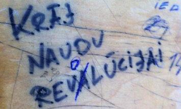 'Revalūcija', skaudīgās maitas un citi burvīgi 'mākslas darbi' uz mācību galdiem