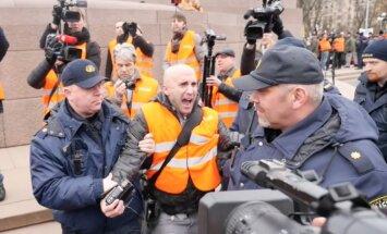 Video: Pie Brīvības pieminekļa aiztur 'kremļa blogeri' Filipsu