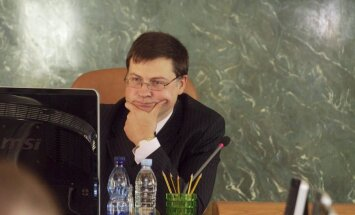 Dombrovska trešajai valdībai aprit divi gadi