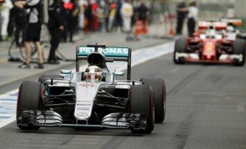 Hamiltons sīvā cīņā uzvar F-1 Lielbritānijas 'Grand Prix' posma kvalifikācijā