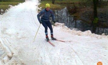 Siguldas slēpošanas trasē uzklāts pirmais sniegs