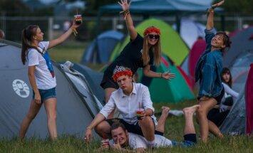 Foto: Vakars festivāla gaidās – 'Positivus' apmeklētāji iekārtojas telšu pilsētiņā