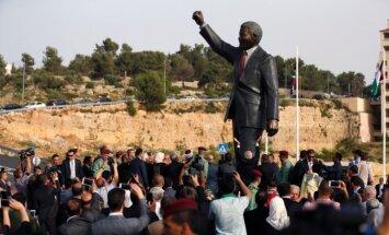 Foto: Palestīnā atklāj milzīgu cilvēktiesību aizstāvja Nelsona Mandelas statuju