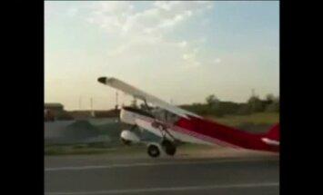 Video: Čečenijā uz ielas automašīnā ieskrien lidmašīna