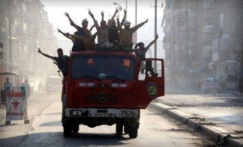 Pārraujot Alepo austrumu aplenkumu, jaunā aplenkumā nonāk pilsētas rietumi