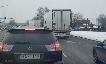 Video: No sniega nenotīrīti kravas auto apdraud satiksmi