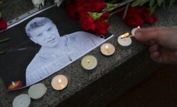 ФОТО: В Риге возложили цветы в память Бориса Немцова