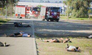 Foto: Lucavsalā Drošības policijas mācībās izspēlē auto ietriekšanos pūlī