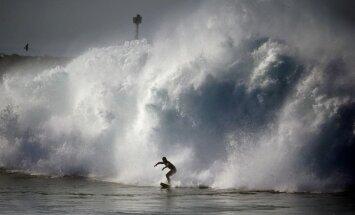 Foto: Orkāns Marija par prieku sērfotājiem sagādā milzu viļņus Kalifornijā