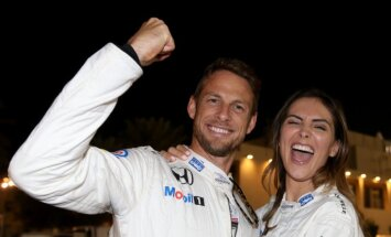 Экс-пилот Формулы-1 Дженсон Баттон обручился с моделью Playboy