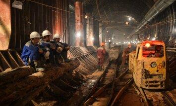 Foto: Aizkavējas Maskavas lielākās metro stacijas celtniecības darbi