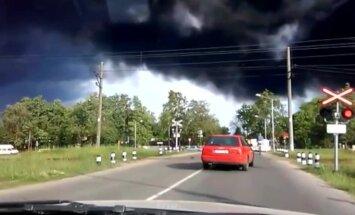 Video: Virkne autovadītāju Jūrmalā dzelzceļu pārbrauc pie sarkanās gaismas