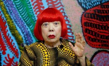 Jajoi Kusama – dārgākā māksliniece pasaulē, kura jau 40 gadu mīt psihiatriskajā klīnikā